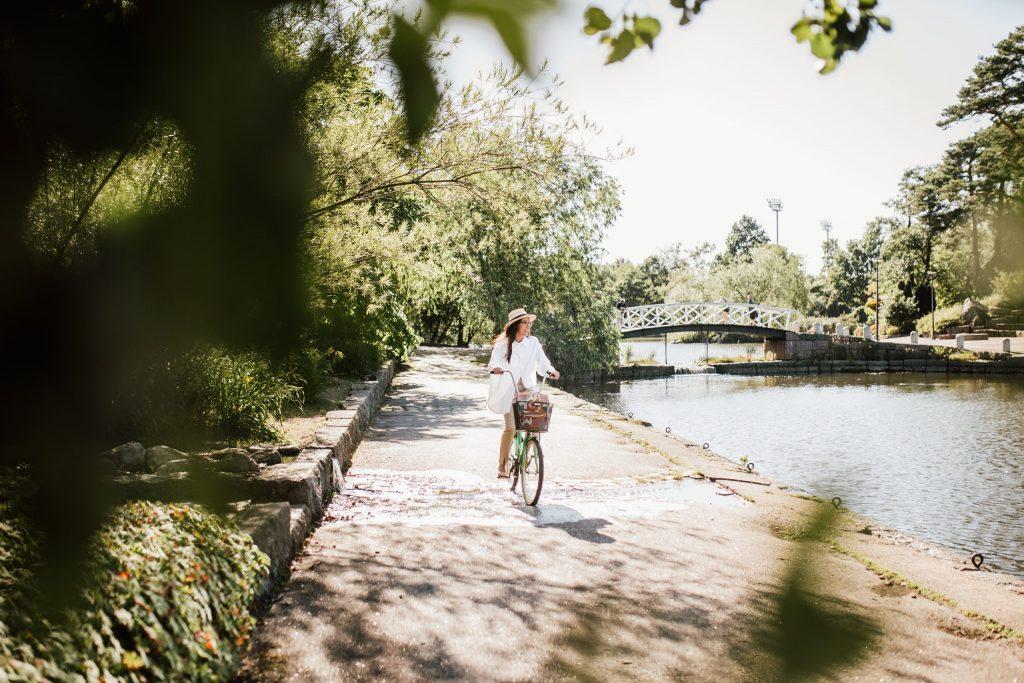 Pyöräily puistossa